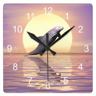 Horloge murale carrée, Dauphin sur fond de soleil couchant