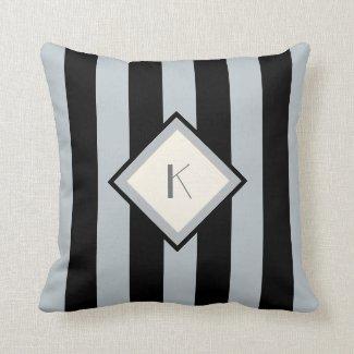 Coussin décoratif gris et noir avec monogramme